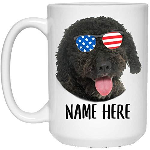 N\A Nombre Personalizado Perro de Agua español Marrón Oscuro con Bandera Americana Gafas de Sol Taza de café Blanca
