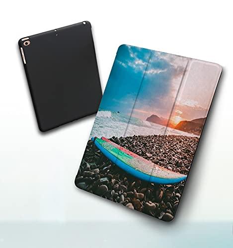 Funda para iPad 9,7 Pulgadas, 2018/2017 Modelo, 6ª / 5ª generación,Tabla de Surf en una Playa de Piedras con Puesta de Sol o Amanecer Colores y Olas en Smart Leather Stand Cover with Auto Wake/Sleep