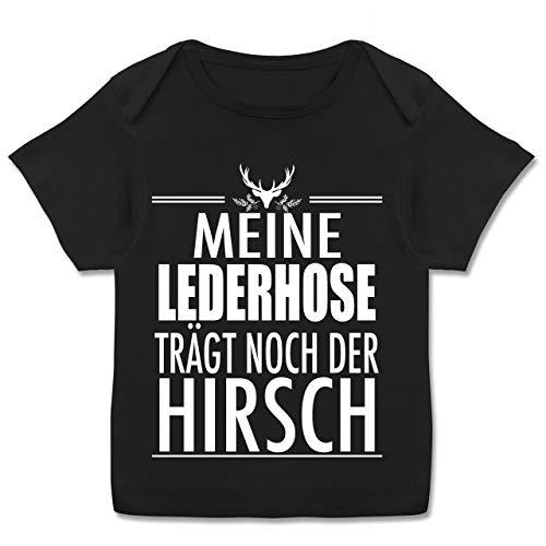 Oktoberfest & Wiesn Baby - Meine Lederhose trägt noch der Hirsch - weiß - 80-86 - Schwarz - E110B_Baby_Shirt - E110B - Kurzarm Baby-Shirt für Jungen und Mädchen