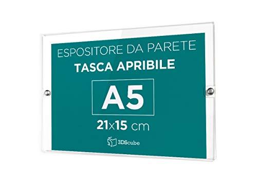 Espositore in plexiglass di ALTISSIMA qualità, da parete, targa a tasca apribile in plexiglass, porta avvisi e depliant formato A5 orizzontale 21×15 cm, completa di borchie in alluminio