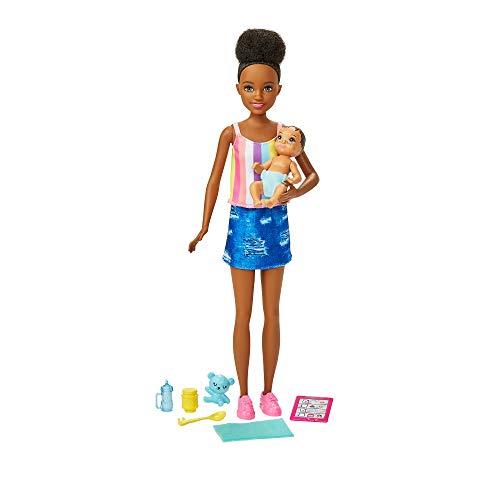 Barbie Muñeca niñera con conjunto denim, con bebé de juguete y accesorios para su cuidado (Mattel GRP12)