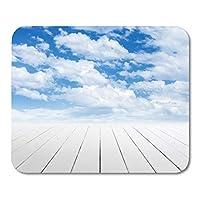 マウスパッド寄木細工の床の青いデッキホワイトの木製床の視点と曇り空の灰色の自然ステージマウスマットマウスパッド