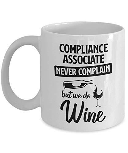 N\A Taza de Compliance Associate - Nunca te quejes, Pero Hacemos Vino - Taza de té y café de cerámica novedosa y Divertida Regalos geniales para Hombres o Mujeres con Caja de Regalo
