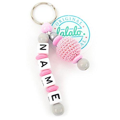 Schlüsselanhänger mit Namen, Gravur, Häkelperle am Seitenarm Mädchen | Baby Namenskette & Kinder Anhänger für Rucksack, Wickeltasche, Kindergarten oder Schultasche