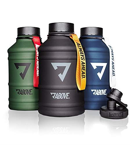 ABOVE. 1,3L - 2,2L Edelstahl Trinkflasche I Extra Trinkverschluss I BPA Frei I Kohlensäure Geeignet I Robuste & Auslaufsichere Water Jug für Fitness, Sport & Gym (2.2L, Olive-rot)