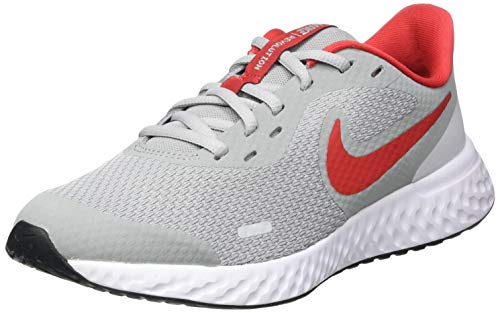 NIKE Revolution 5 (GS), Running Shoe Unisex Adulto, Gris (Light Smoke Grey/University Red-Photon Dust-White), 40 EU