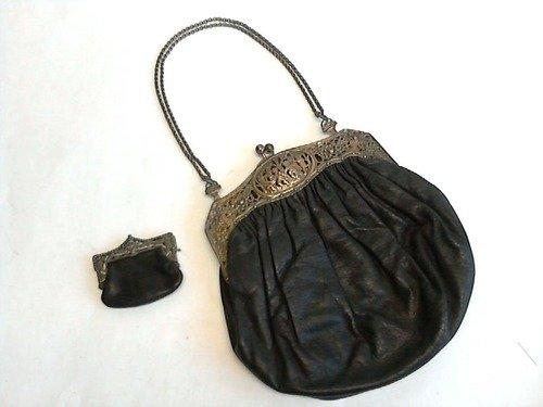 Echtleder-Handtasche mit Blumen- und Putten durchwirktem Silberverschluß, sowie Tragekette