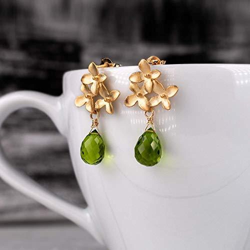 Blüten-Ohrringe grün-gold, Blumen-Ohrstecker matt-vergoldet, grüner Peridot-Tropfen, außergewöhnlicher Edelstein-Schmuck, Geschenk für Sie