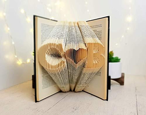 Zwei Initialen mit ein Herz in den Seiten eines Buches gefaltet - handgemacht von BookArt4U