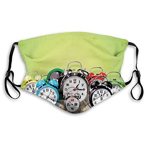 Cómoda máscara resistente al viento, un grupo de relojes despertadores en el suelo de madera, impresión digital, decoraciones faciales impresas para adultos.