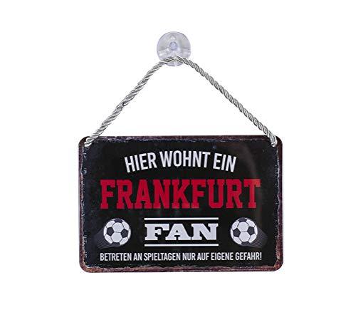 Blechschild Hier wohnt EIN Frankfurt Fan - Metallschild mit Kordel und Saugnapf - für Fans Ultras Anhänger - Wand Deko Schild Artikel Zubehör - Hängeschild Haustür Eingang - Geschenk Idee - 18x12cm