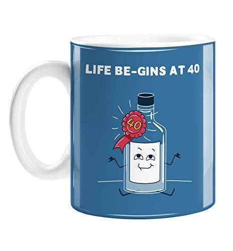 Taza con texto en inglés 'Life Be-gins at 40' | Divertida taza de cumpleaños para bebedor de ginebra, botella feliz de ginebra con insignia, gin y tonic