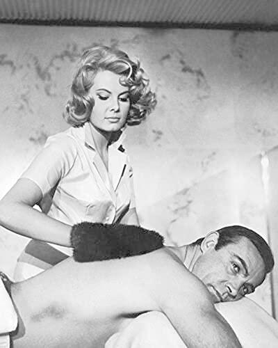 weihuobu James Bond 007 Sean Connery Massage Scene Poster in Bianco e Nero Stampa su Tela Wall Art Pittura per Soggiorno Home Decor Regalo -60x80cm Senza Cornice
