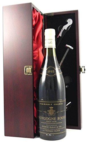 Bourgogne Rouge 1985 Robert Dubois in einer mit Seide ausgestatetten Geschenkbox. Da zu vier Wein Zubehör, Korkenzieher, Giesser, Kapselabschneider,Weinthermometer, 1 x 750ml