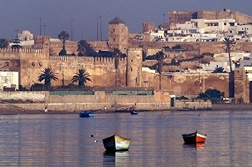 The Poster Corp John & Lisa Merrill/DanitaDelimont – Fishing Boats with 17th Century Kasbah des Oudaias Morocco Photo Print (45,72 x 30,48 cm)