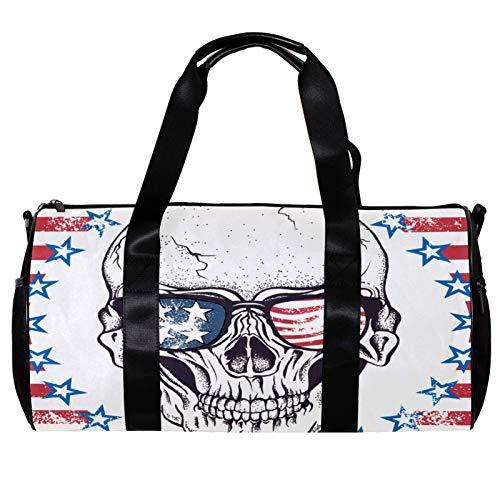 Bolsa de deporte redonda con correa de hombro desmontable, calavera con gafas de sol en la bandera abstracta de Estados Unidos, bolso de entrenamiento para mujeres y hombres