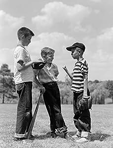 Title: 1950s Boys Baseball Threesome One Holding Bat Others Wearing Mitts Having Discussion Typ: Kunstdruck Größe: 27,94 x 35,56 cm Ganz neu und bereit für die Gestaltung Artist: Vintage Images