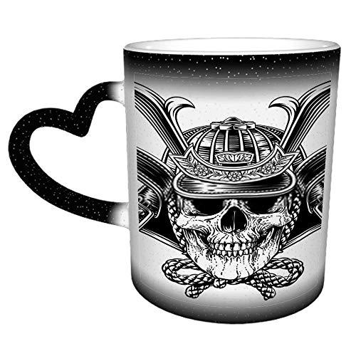Ein Samurai Skull Warrior Helm in einem Woodcu G Keramik Kaffeebecher Strumpffüller...