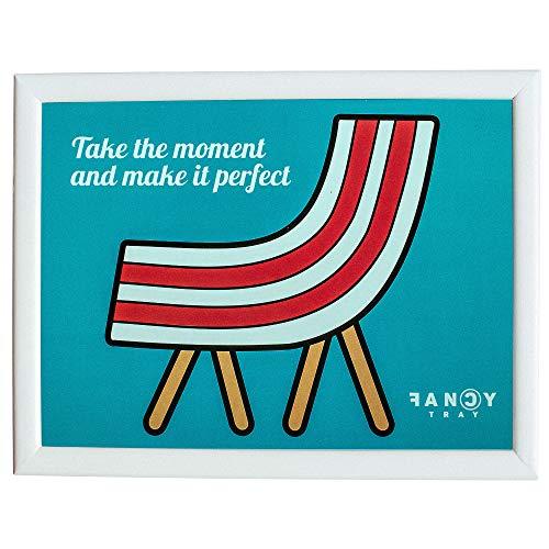 Fancy Tray Home Escritorio Portátil Ordenador, Bandeja Acolchada para Regazo Ergonómica, Comida, Multiusos, Mesa Trabajo Base 43x33x1,5cm, Materiales Calidad, Madera, Diseño Take The Moment