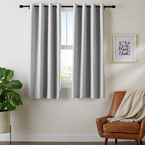 AmazonBasics - Juego de cortinas que no dejan pasar la luz, con ojales, 140 x 175 cm, Gris claro