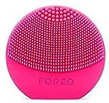 LUNA play plus de FOREO es el cepillo facial recargable de silicona |Fuchsia| Con pilas recambiables y resistente al agua, el cepillo facial para todo tipo de piel
