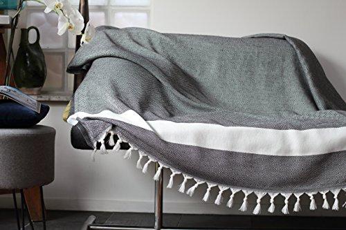 Tagesdecke aus 100% Baumwolle - Couchdecke, Sofa Couch Überwurf, Natürliche Baumwolle Fischgrätmuster | Größe xl 150x220 cm | grau mit weißen Fransen | Allée Déco