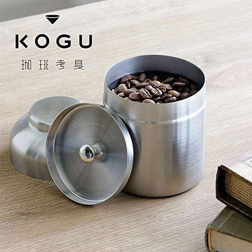 艶を消したステンレス製のキャニスターです。内蓋が付いていて、気密性を上げています。小振りな100gサイズは持ちやすくて、一人分や毎日たくさん飲まない人のコーヒー豆の保管には丁度いいサイズです。
