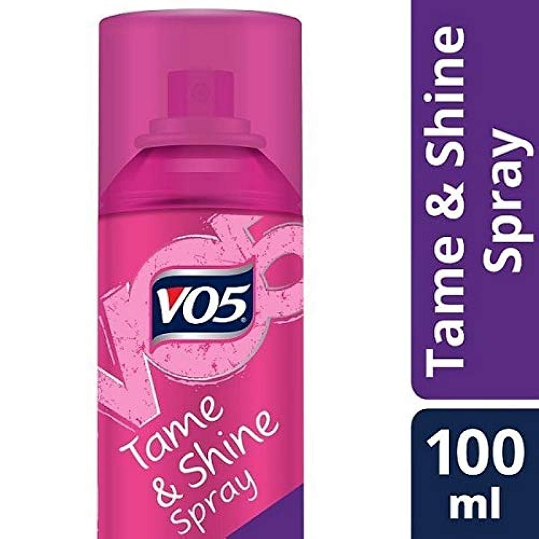 [VO5] Vo5スムーズそれは飼いならす&スプレー100ミリリットルを輝きません - VO5 Smoothly Does It Tame & Shine Spray 100ml [並行輸入品]