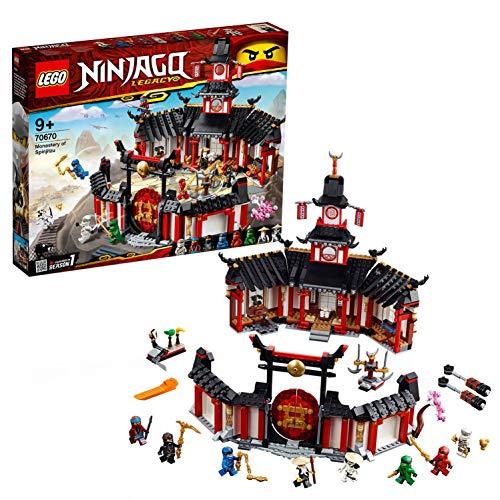 Questo set giocattolo dei ninja include 8 minifigure LEGO NINJAGO: Wu, Jay, Nya, Zane, Cole, Lloyd, Kai e Wyplash Il Monastero Spinjitzu può essere aperto per facilitare il gioco al suo interno ed è dotato di cancello apribile, torre, sala da tè con ...