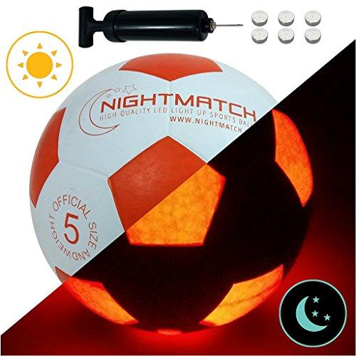 NIGHTMATCH Balón de Fútbol Ilumina Incl. Bomba de balón - LED Interior se Enciende Cuando se patea – Brilla en la Oscuridad - Tamaño 5 - Tamaño y Peso Oficial Blanco/Naranja