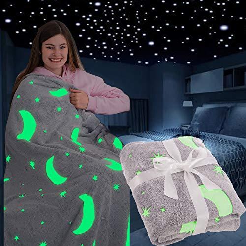 FiNeWaY Glow in the Dark Überwurfdecke Flanell Mond Stern Einhorn Geschenke für Kinder Mädchen Jungen Erwachsene Schlafzimmer gemütlich warm super weich Plüsch Fleece Kunstfell (Mond & Sterne Grau)