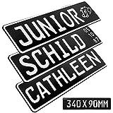 1 Stück Kennzeichen Junior-Schild 34cm x 9cm Bohrung Farbwahl Wunschtext Wunschprägung Muster Datum Namenskennzeichen Bohrung / Saugnäpfen Namensschild Bobbycar Kettcar FUN Schild in Schwarz matt