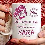 Taza Sara divertida apta para desayuno, té, tisana, café, capuchino. Taza personalizada: Nunca subestimar a una mujer de nomeSara. También como idea de regalo original y simpática