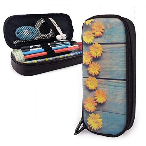 Niedliche Chrysantheme auf hölzernem Leder-Federmäppchen mit Stifthalter, Briefpapier mit großer Kapazität, Kosmetiktasche, Bluetooth-Köpfe