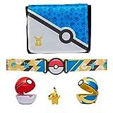 Pokémon bandolier set, cuenta con 1 figura de pikachu de 5cm, 2 pokebolas clip 'n' go, 1 cinturón de pokeball clip 'n' go y 1 bolsa de transporte - la bolsa se despliega en una alfombra de batalla