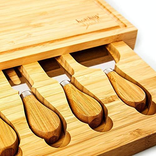 bambuswald© ökologisches Käsebrett mit Käsemesser (4 Stück) - 100% nachhaltiger Bambus | Käseplatte Schneidebrett Besteck Käseschneidebrett Servierplatte Käsebesteck