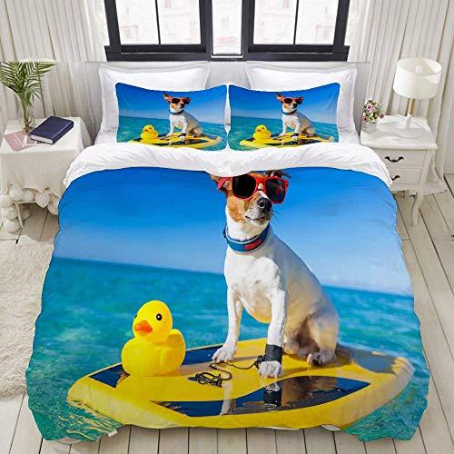 Funda nórdica, perro surfeando en una tabla de surf con gafas de sol con un pato de goma de plástico amarillo en The Ocean Shore, juego de ropa de cama Juegos de fundas de edredón de poliéster de lujo