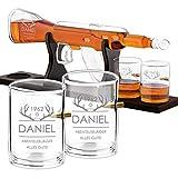 Maverton Whisky Karaffe mit Gravur - in Gewehrform 800 ml - 4er Whiskygläser Set - Whisky Dekanter - Geschenk für Männer zum Geburtstag - personalisiert - Abenteuerjäger