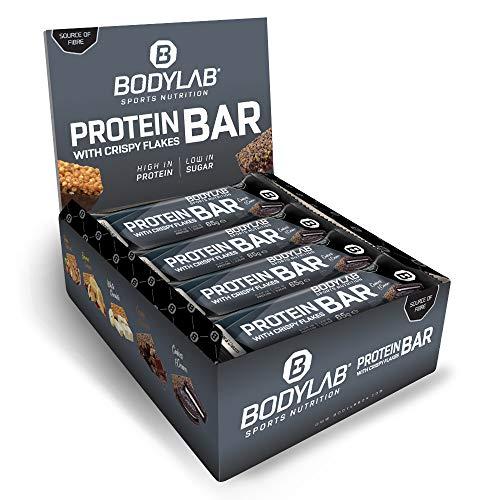 Bodylab24 Crispy Protein Bar 12 x 65g, Protein-Riegel mit 27g Eiweiß pro Riegel, Zuckerarmer Fitness Snack, Knuspriger Eiweißriegel mit vielen Ballaststoffen, Cookies & Cream