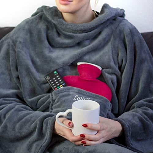Hugz - Die Decke mit Ärmeln - mit Namen (Grau) | Mit Bestickung nach Wunsch | Super als TV-Decke und Kuscheldecke mit Ärmeln | Klasse als Geschenk für Frauen | Fleecedecke mit Namen 135 x 190 cm