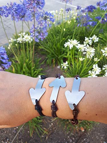Pulsera unisex, BRAROAD, de acero y cuero, diseño de la flecha del del Camino de Santiago. Diseño exclusivo de María Lema para la colección #caminandoporlasestrellas