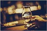 Mano Que sostiene un Vaso de Whisky de Malta única Glencairn en un Bar con Ambiente Acogedor Rompecabezas de 1000 Piezas Premium para Adultos, 19.7 X 29.5 Inch
