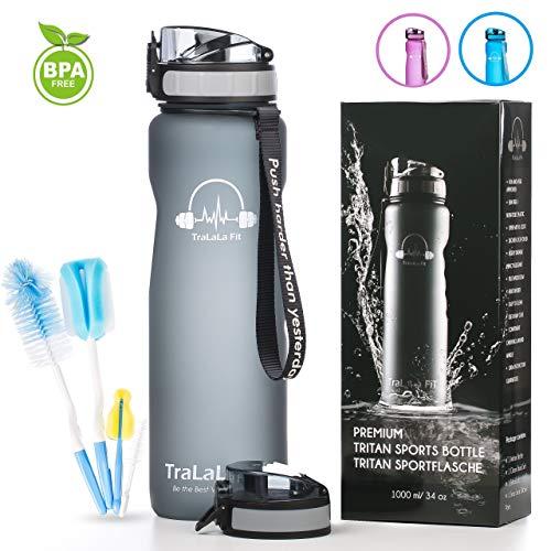 TraLaLa Fit Trinkflasche 1L mit Flaschenbürste Set + 1 Deckel Bonus | Wasserflasche Auslaufsicher | Sportflasche BPA-Frei | Schule, Sport, Wasser, Fahrrad, Travel, Yoga - Inkl. Frucht Sieb (Grey)
