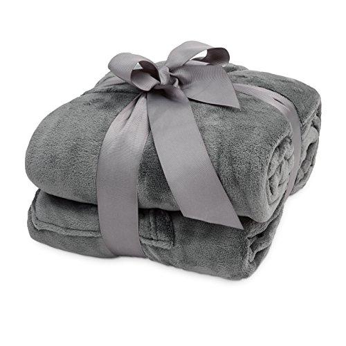 Lumaland TV Kuscheldecke mit Ärmeln aus weichem Coral Fleece mit Handytasche 150 x 180 + 35 cm Fußtasche grau
