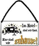 """Blechschilder Lustiger Camping Spruch: """"IM Hotel SIND WIR GAST. Hier sind wir zuhause."""" Deko Metallschild Hängeschild Schild für Camper Wohnmobil Wohnwagen Geschenkidee 18x12"""