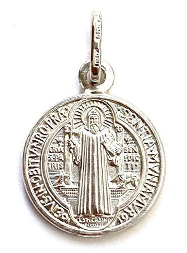 Medalla San Benito en Plata de Ley. Medida: 12mm. Es una de Las medallas más Antiguas de la cristiandad, y quienes la portan creen Que Tiene Poder contra el Mal.