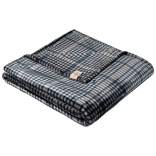 BUGATTI Kuscheldecke XL 160x220 cm - Karo Decke dunkelblau grau, hochwertige Flanell Sofadecke angenehm warm und kuschelig weich