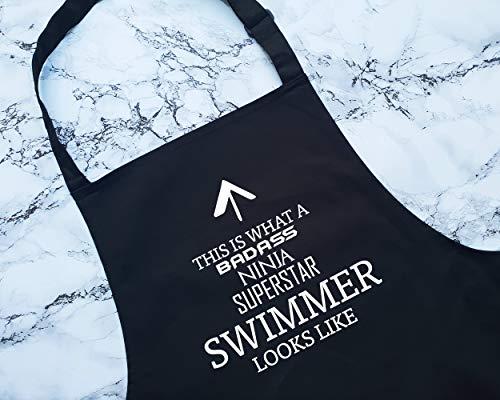 """H34565ard Schürze mit Aufschrift """"This is What A Badass Swimmer Look"""" Like Schürze Geschenk Kochen Backen BBQ für Schwimmtrainer Trainer Sportler Schwimmkurs"""
