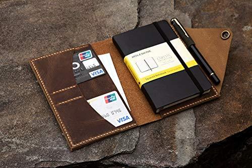 ノートカバーを使ってもっと使いやすいようにカスタマイズするのもおすすめ◎ノートと一緒に使うペンを収納できるペンホルダーや、ちょっとしたメモやカード類を入れておけるポケットがあるととっても便利!