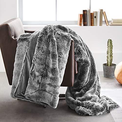 Bugatti Kunstfell Decke 150x200 cm – Kuscheldecke aus hochwertigen Fellimitat grau, Tagesdecke mit toller Felloptik, extra weiche und angenehm wärmende Felldecke